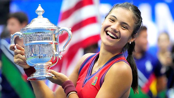 Emma Raducanu nâng cao chiếc cúp vô địch Mỹ Mở rộng 2021