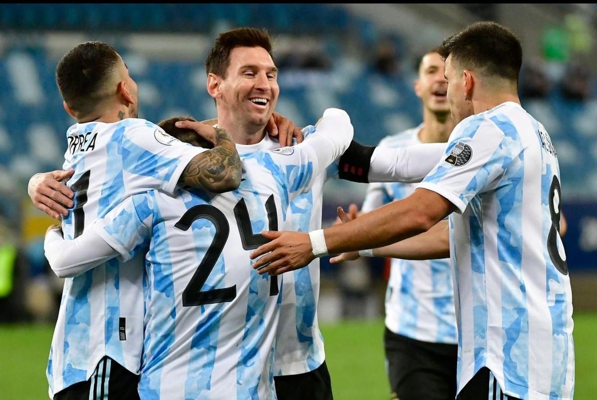 Argentina chiếm ngôi đầu bảng A