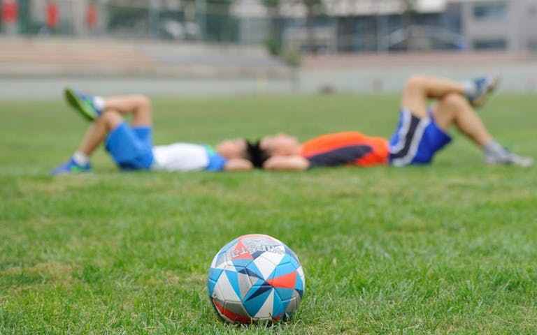 Bật mí cách ăn uống để phục hồi thể lực sau khi đá bóng