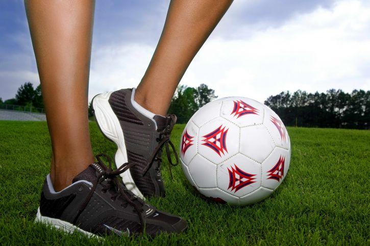 Cách phòng tránh chấn thương cơ háng khi đá bóng