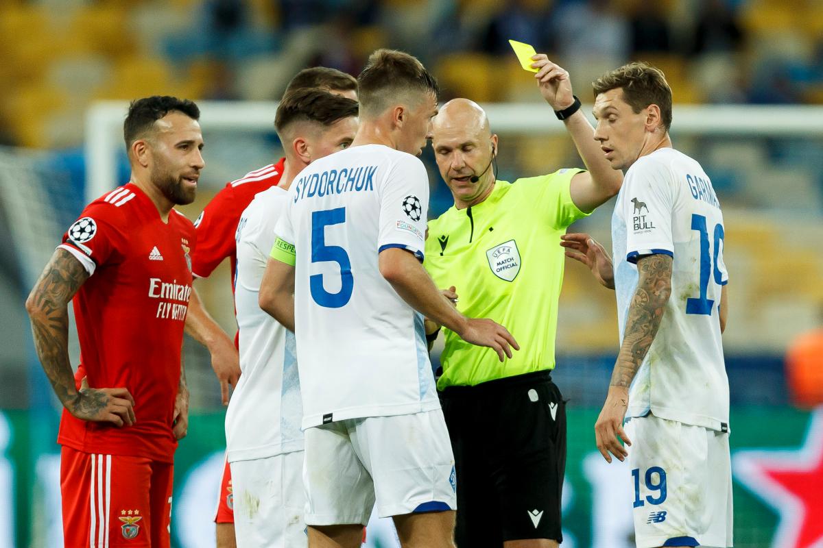 Trọng tài Anthony Taylor nhầm lẫn trong trận đấu giữa Dynamo Kyiv và Benfica