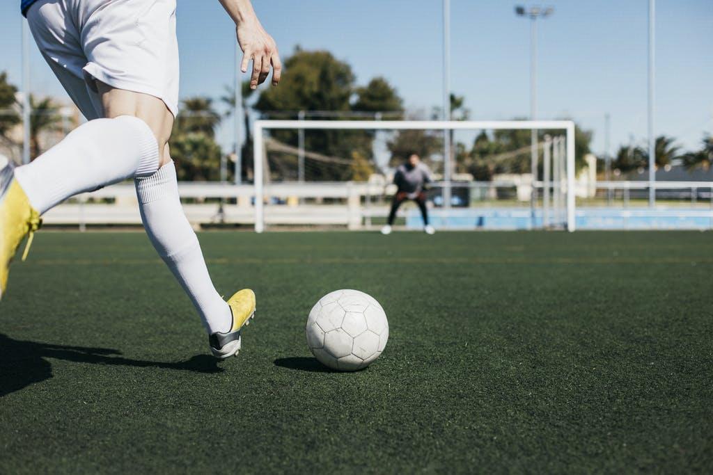 Các bài tập rèn luyện kỹ năng sút bóng mạnh và chính xác