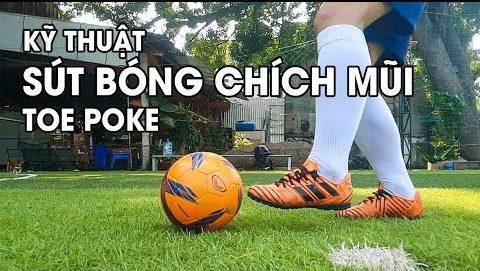 Thực hiện kỹ thuật chích bóng bằng mũi giày trong bóng đá