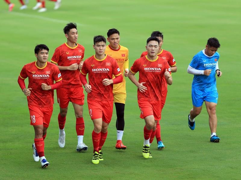 Các cầu thủ luyện tập dưới thời tiết nắng nóng để làm quen với cái nóng Tây Á
