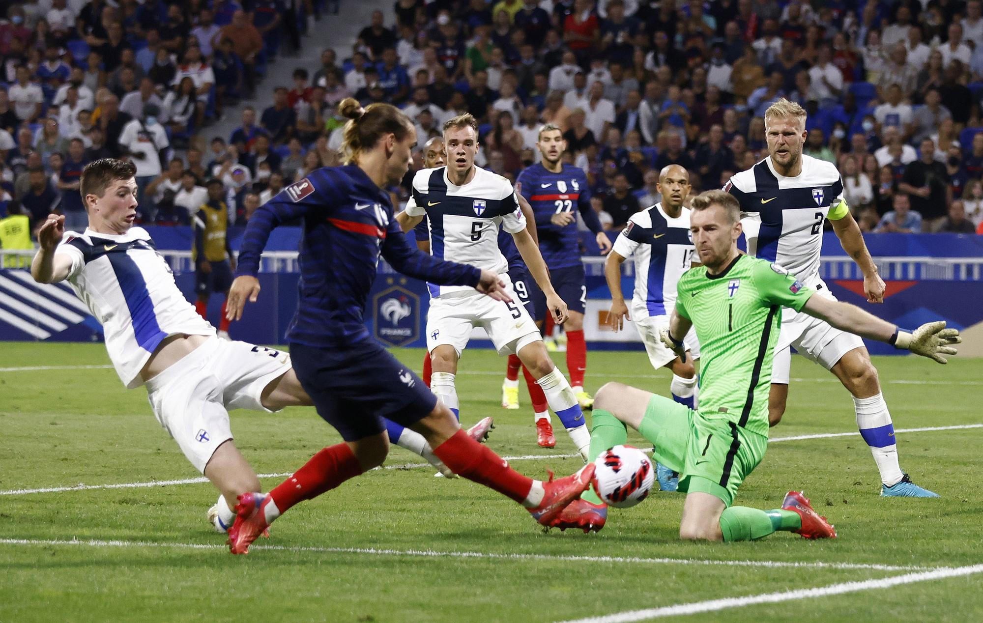 Pháp đứng nhất bảng D sau khi hạ Phần Lan với tỷ số 2-0