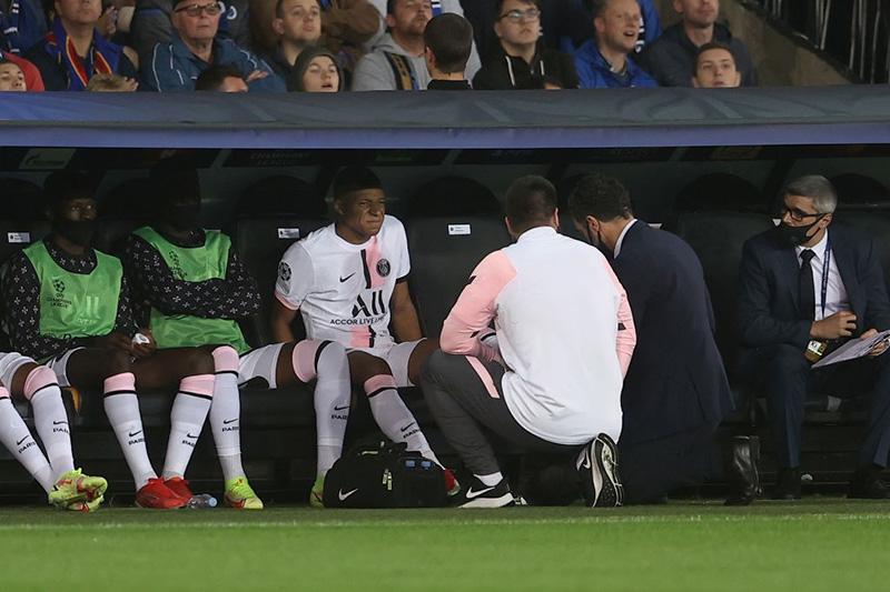 Mbappe dính chấn thương phải rời sân