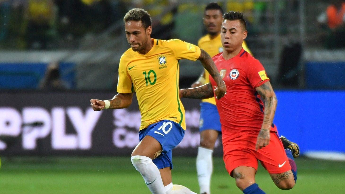 Chile cuống cuồng lao lên tìm kiếm bàn gỡ trong hiệp 2