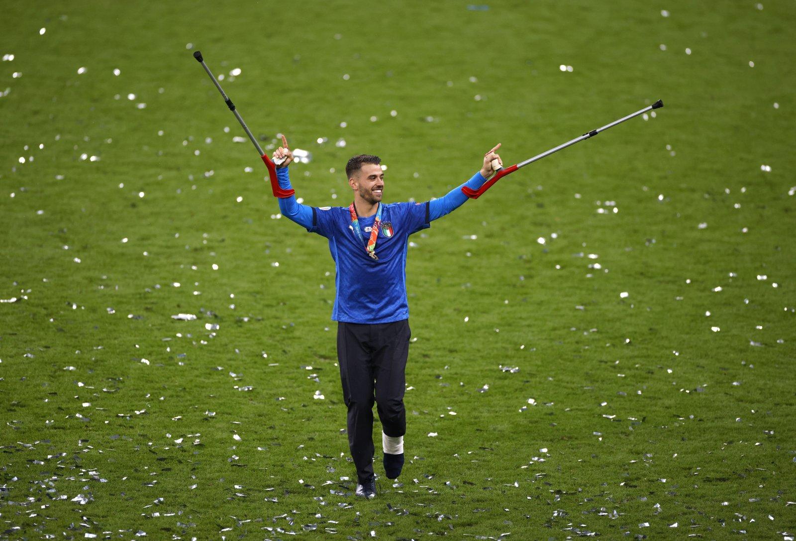 Spinazzola là người đầu tiên lên bục nhận tấm huy chương vàng cho đội tuyển Italia