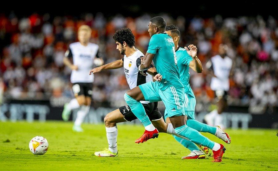 Real Madrid thành công lội ngược dòng lên ngôi đầu bảng